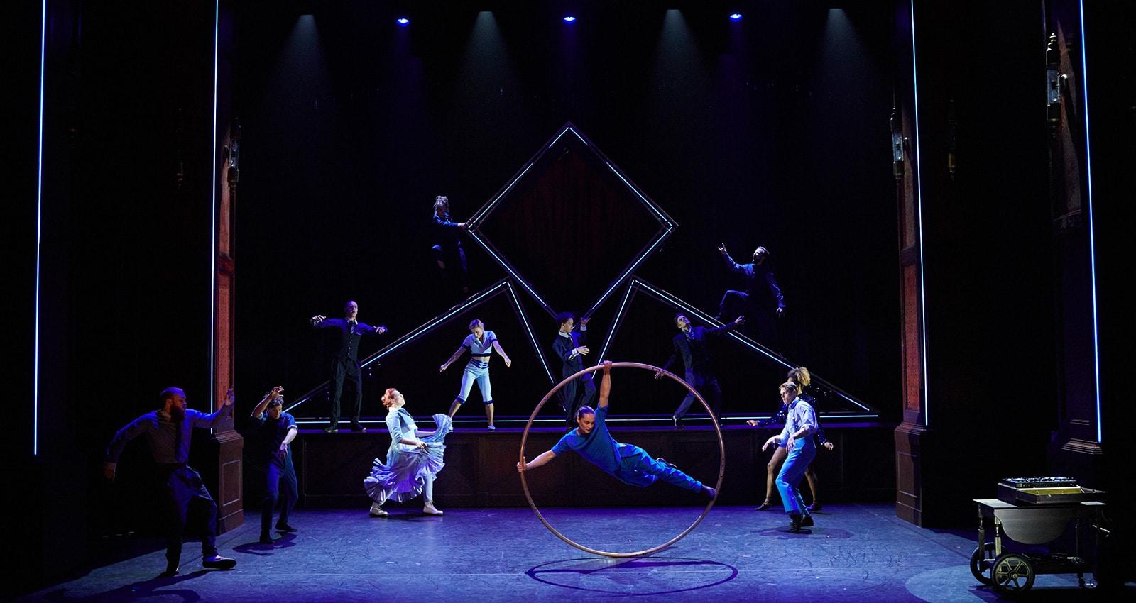 Cirque Eloize Hotel -Show live CREDIT © Pierre Manning - Shoot Studio